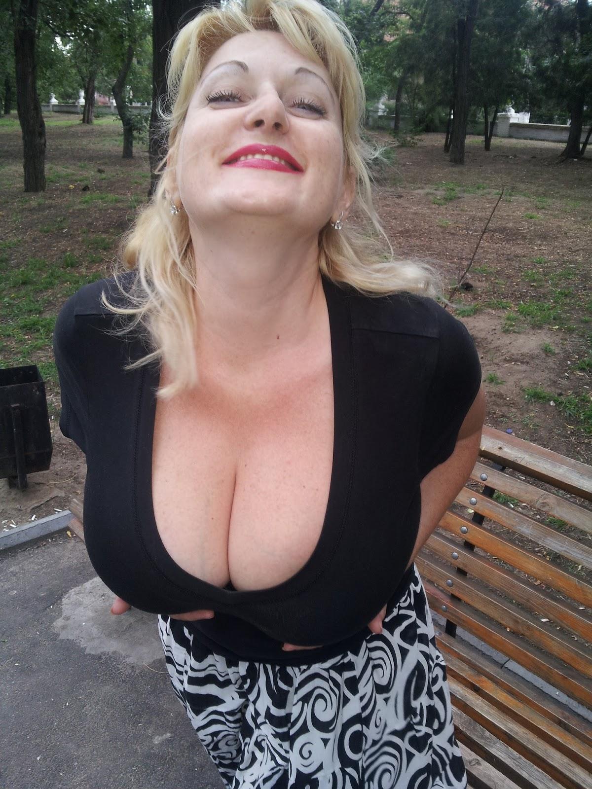 Зрелая тетка с открытым ртом оголила грудь