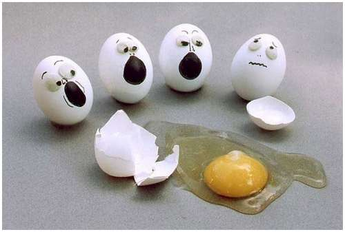 بيض حزين على بيضة مكسورة