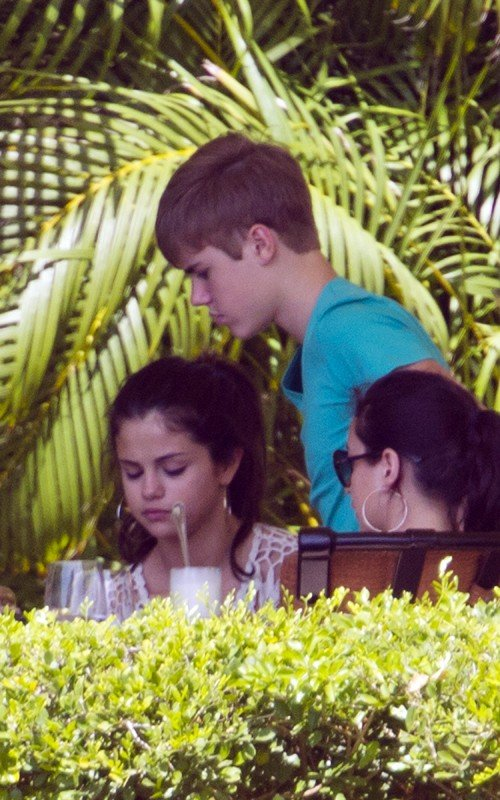 selena gomez and justin bieber in hawaii photos. Justin Bieber and Selena Gomez