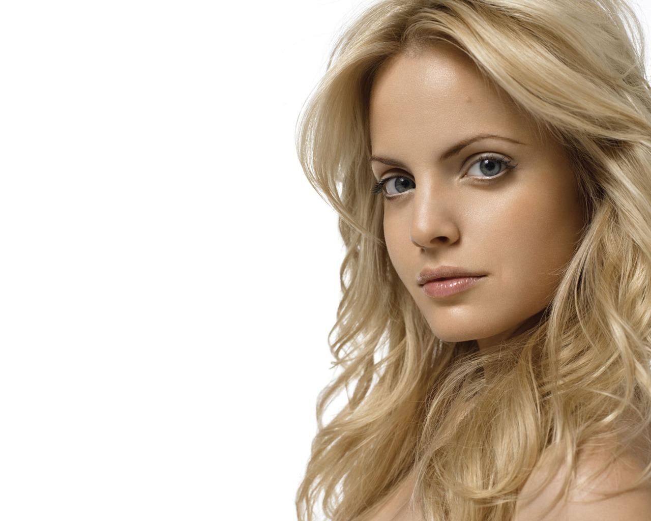 http://3.bp.blogspot.com/-NWeXGyRrr70/TpvPKOf01jI/AAAAAAAAAig/TYe-NgDdspQ/s1600/mena-suvari-blond-1280-1024-4411.jpg