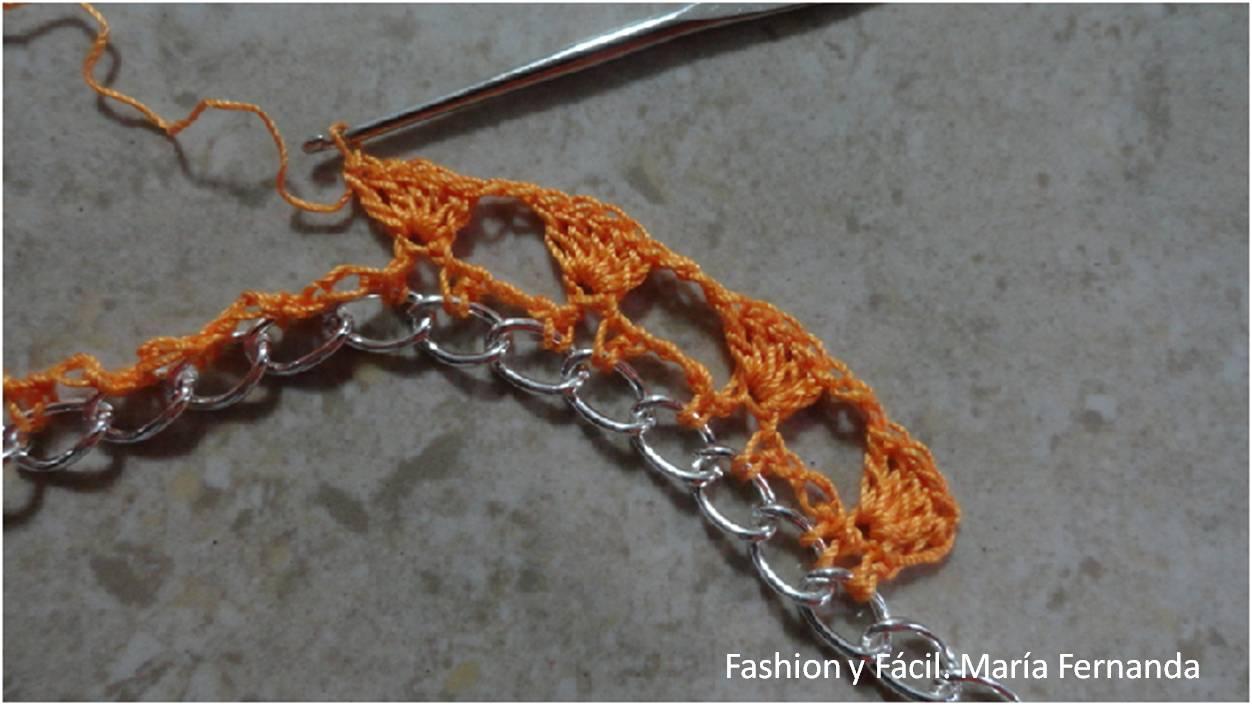 Paso 3. El mayor desafío de este collar es hacer los grupos de ocho puntos dobles altos, ya que en un momento tienes sobre el ganchillo todas estas lazadas
