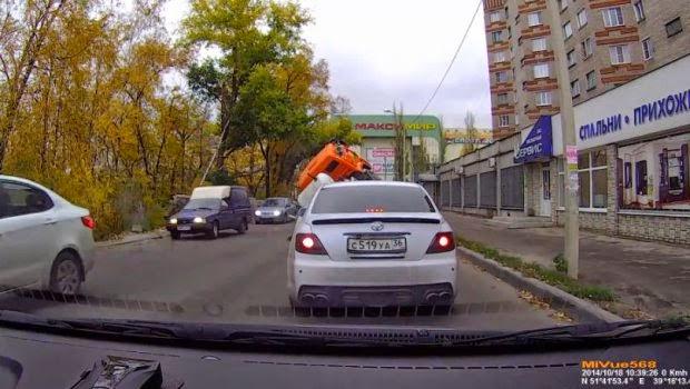 """camión """"desaparece"""" en medio del asfalto"""