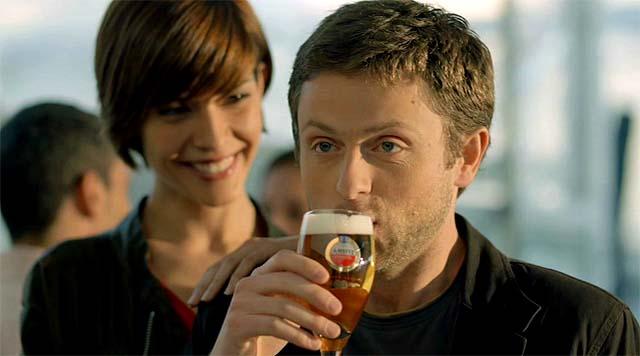Un hombre bebiendo cerveza