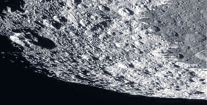 Imej permukaan bulan planet Zuhal dirakam