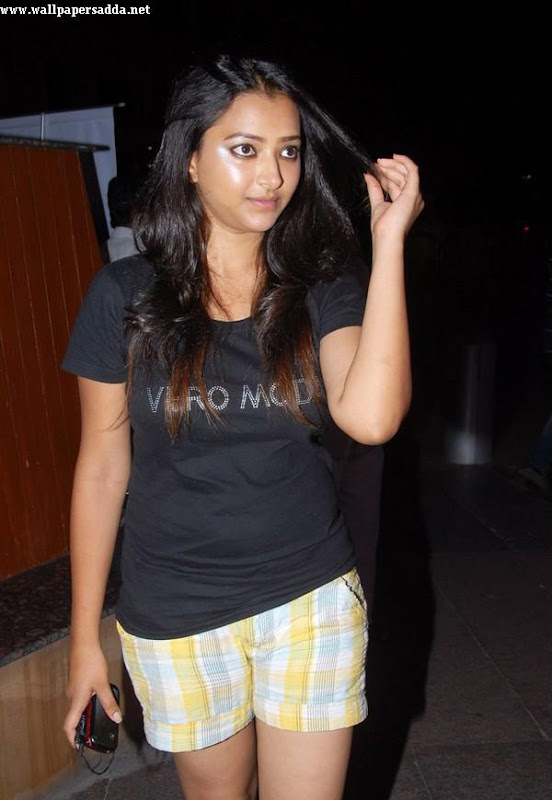Swetha Basu hot thighs in mini shorts navel show