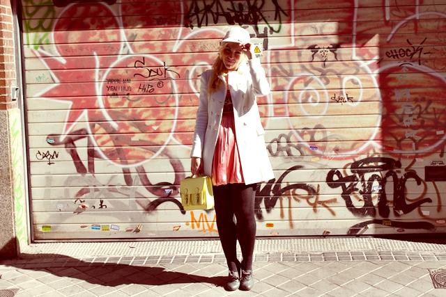 Abrigo y botines- Blanco Gorro y bolso-H&M