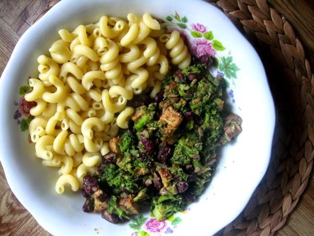 veganza; tempeh; brokuły; dania wegańskie; fasola; weganizm; makaron; wegański gulasz; kuchnia wegańska