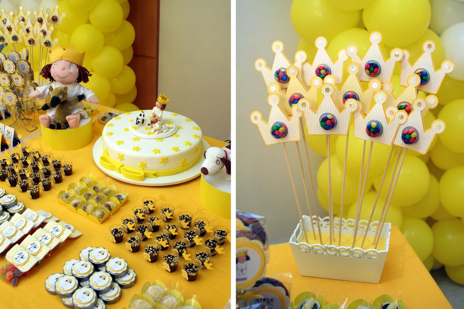 decoracao azul e amarelo para aniversario:alegria do amarelo e a realeza das coroas enfeitaram esta mesa.