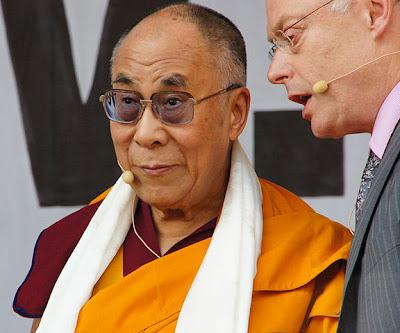 Dalai Lama junto a un traductor