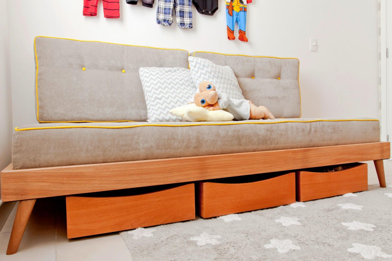 embaixo da cama fizemos 3 gavetas com rodinhas para guardar sapatos  #B89013 1600x1066
