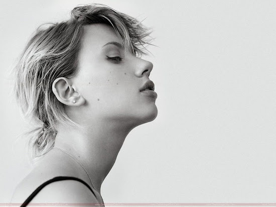 Scarlett_Johansson_cute_wide_pic