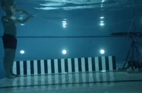 شاهد ماذا حدث عندما أطلق عالم فيزياء النار على نفسه تحت الماء