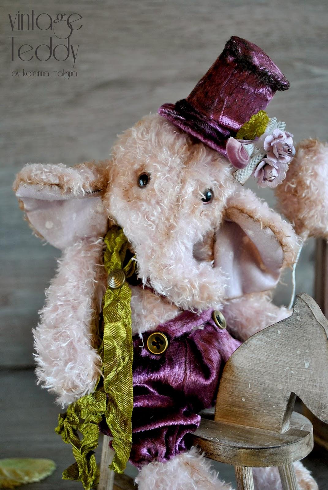 Розовый слоник на лошадке