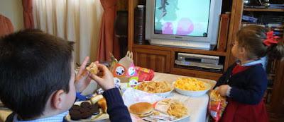 Costumbre ver televisión comiendo