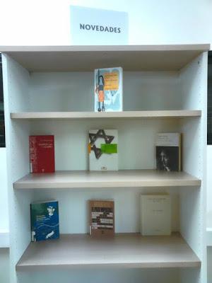 Estantería de novedades de Filosofía en el CRAI Luis Vives.