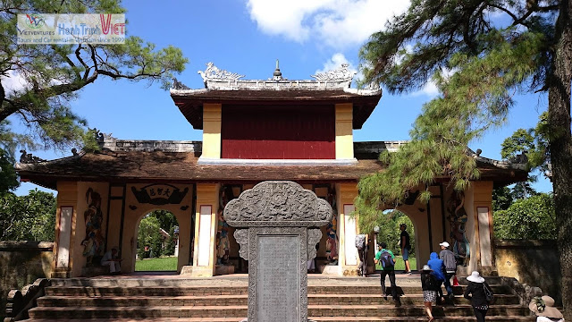 Du ngoạn trên sông Hương, viếng chùa Thiên Mụ