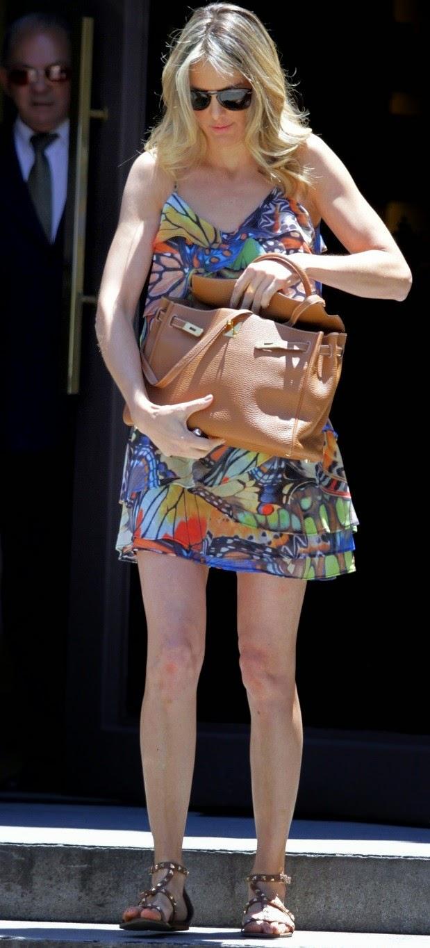 A apresentadora Ticiane Pinheiro reforçou a cor dos fios e está com o visual ainda mais platinado