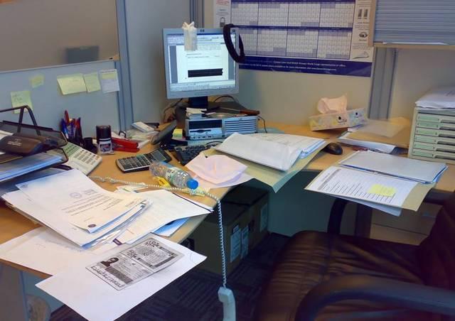 مكتبك متراكم بالأغراض