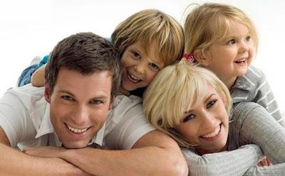 الأزواج المتعاونون في تربية الأطفال يحظون بحياة جنسية سعيدة اكثر من غيرهم,عائلة سعيدة اب ام ابناء اطفال ,happy family father mother children kids