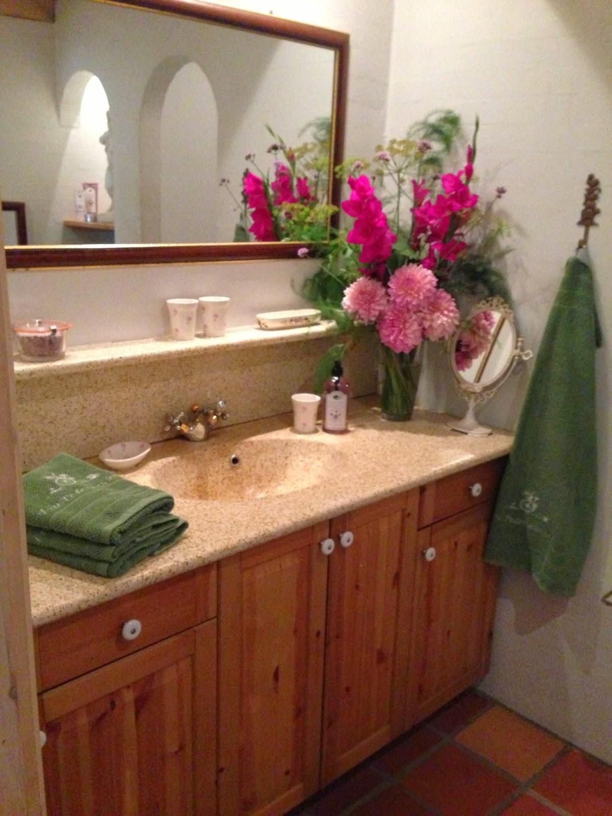 Fru Pedersens have: Blomster på toilettet.