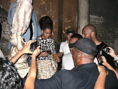 """Beyoncé en las escaleras de la paladar habanera """"La guarida"""" locación del filme cubano """"Fresa y chocolate"""""""