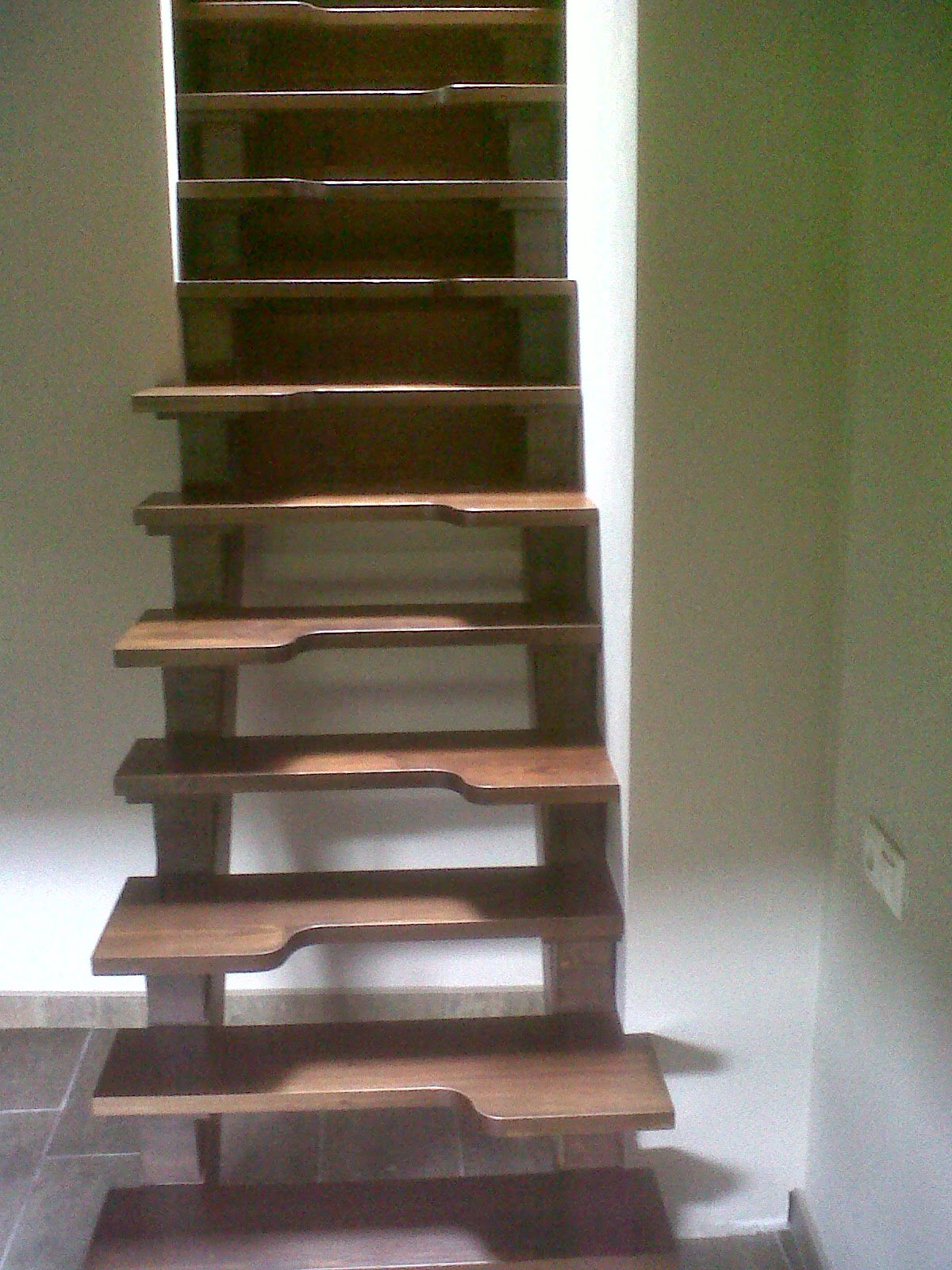 Carpinteria viosca roda escalera con pelda os reducidos - Escaleras con peldanos de madera ...