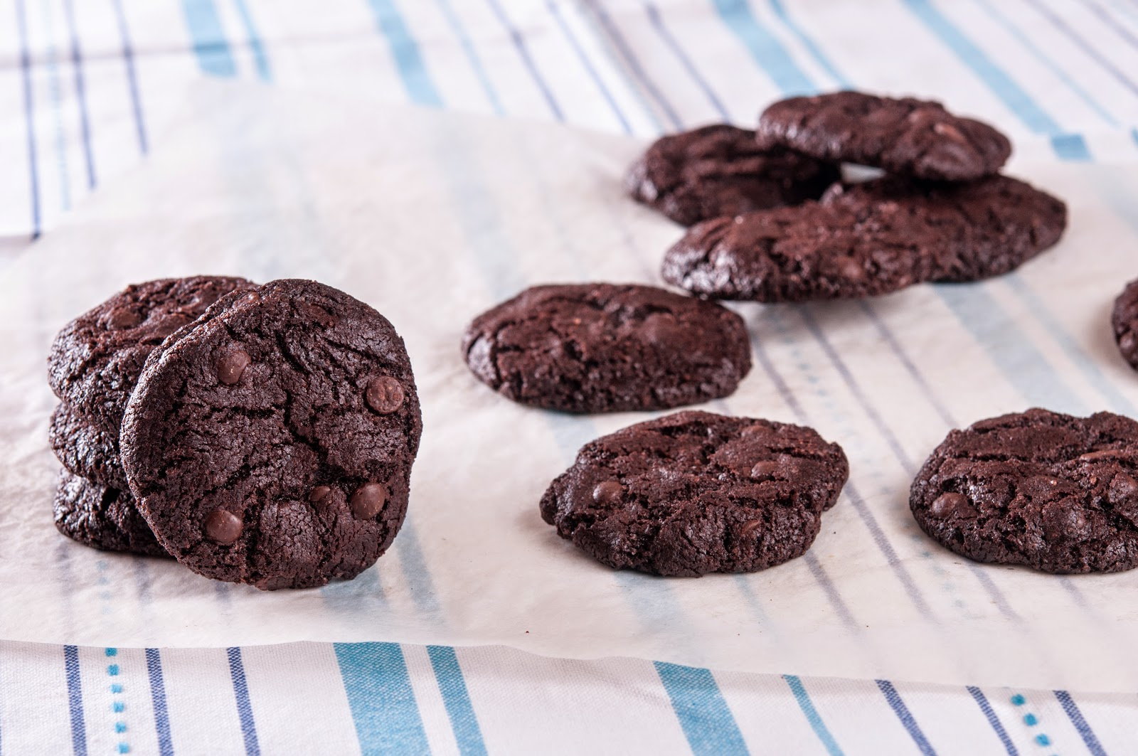 Какаови бисквити с парченца шоколад