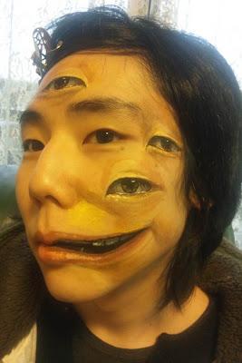 chica china con una boca más larga y ojos pintados en la cara