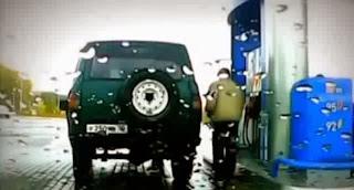 Il se gare du mauvais côté de la pompe à essence
