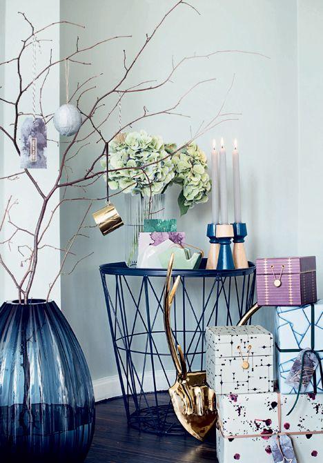 juleoppyntning med farven blå og gyldne toner i fokus i Boligliv