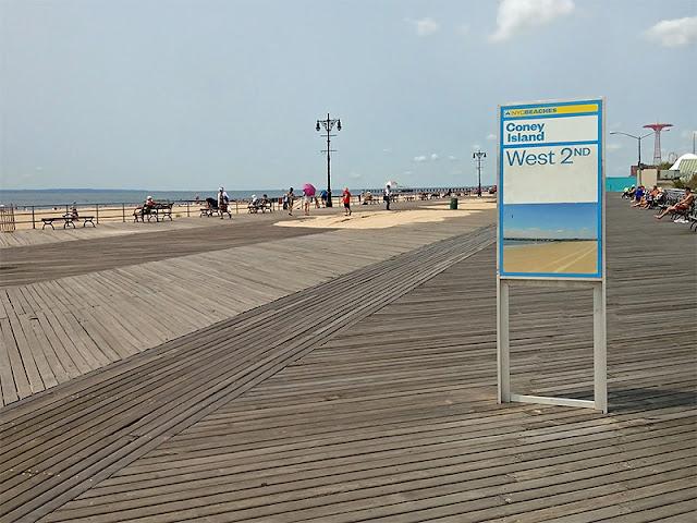 La promenade en planches de Coney Island Beach