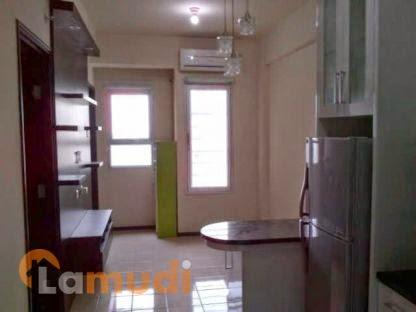 Ruangan di dalam apartemen, full furnished dengan lemari es, ac, lemari piring, lemari baju, 1 kamar mandi, dan 1 kamar tidur