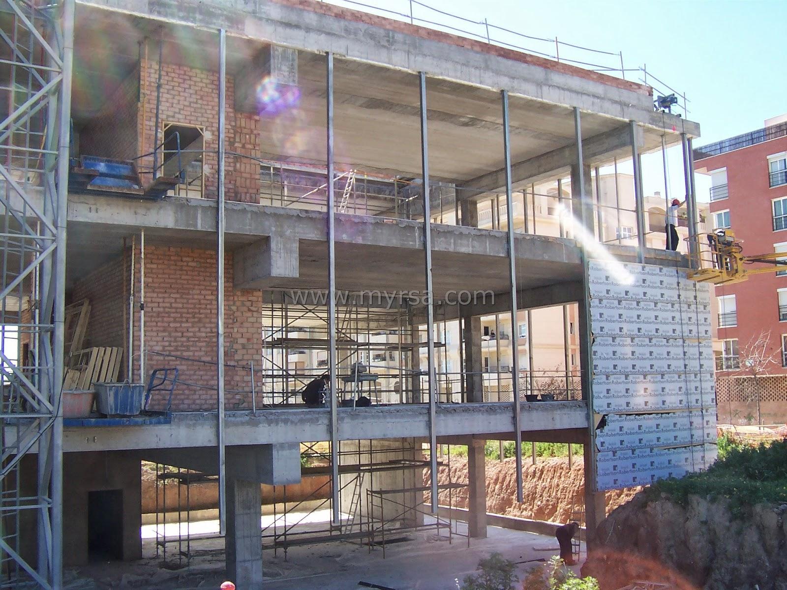 Fachadas flotantes arquitect nicas panel robertson for Paneles aislantes para fachadas