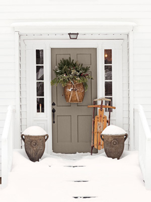 Rustic maple revisiting a gorgeous saltbox in connecticut for Country living outdoor christmas decorations