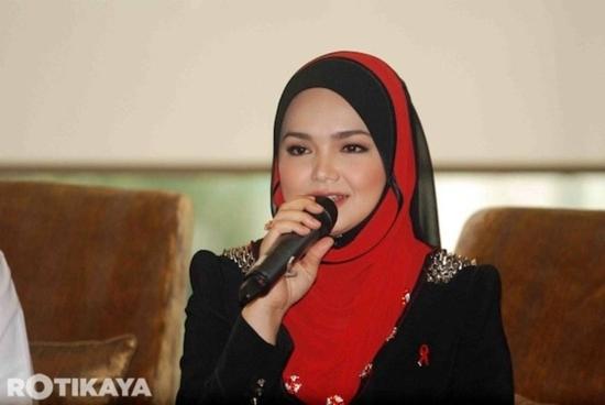 Gambar cantik Siti Nurhaliza ketika lelong tudung Fareeda (7 Photo)
