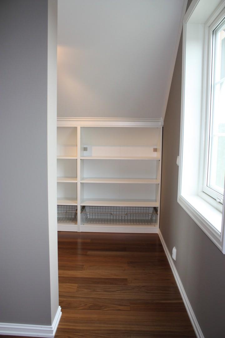 huset i glimmerveien garderobe p hovedsoverommet. Black Bedroom Furniture Sets. Home Design Ideas