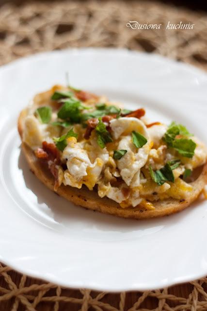 jajecznica z suszonymi pomidorami, jajecznica z miętą, jajecznica z pomidorami, pomysł na jajecznicę, jajecznica na grzance