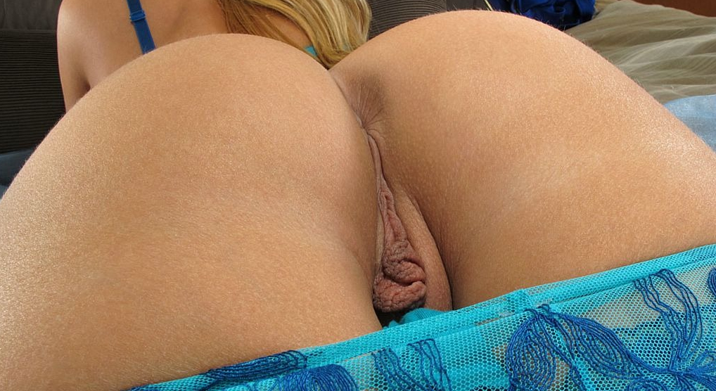 Nude mature woman upskirt