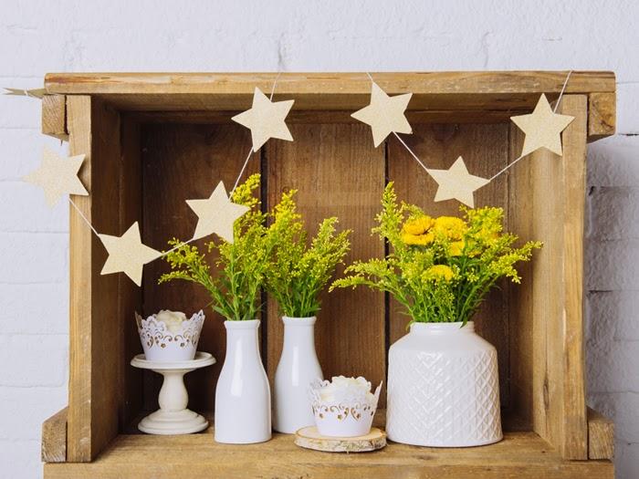el amarillo es un color que nos encanta y estos recipientes blancos hacen que resalte mucho mas ideales para una boda sencilla moderna y muy elegante