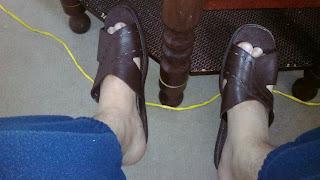 Homem de chinelo slide - Pés Masculinos - Male Feet