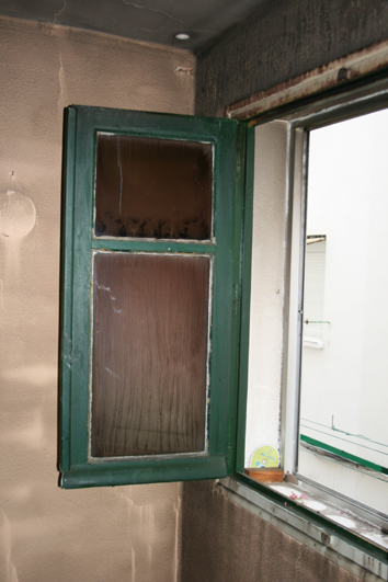 Deterioro del vidrio de una ventana.