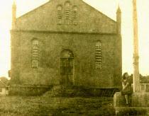 """A primeira igreja defronte ao Cruzeiro, o """"marco"""" catelico em todos os povoados brasileiros."""