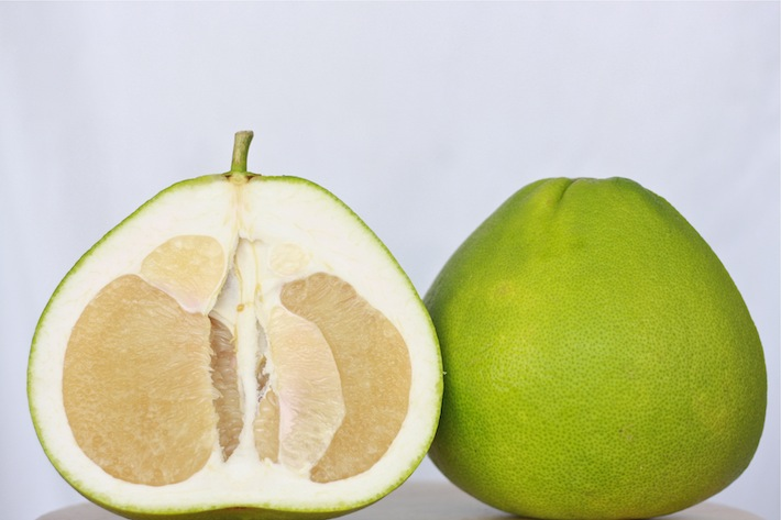 what does pomelo look like and taste like?