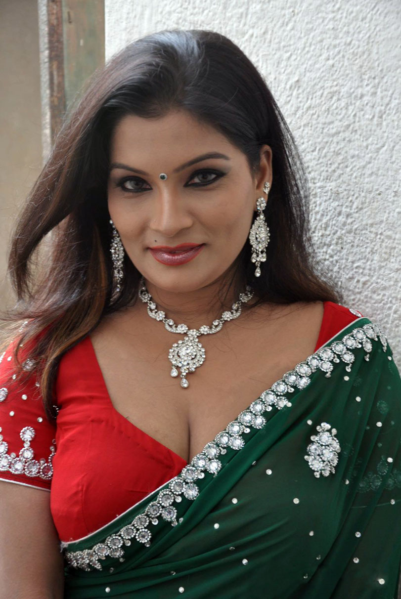 : Bollywood Celebrities | Hot South Aunty Cleavage Show In Blouse