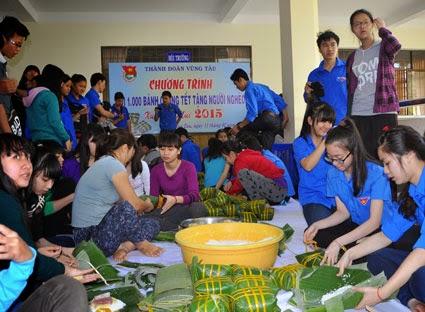 Các đoàn viên thanh niên TP. Vũng Tàu gói bánh chưng tặng người có hoàn cảnh khó khăn đón Tết