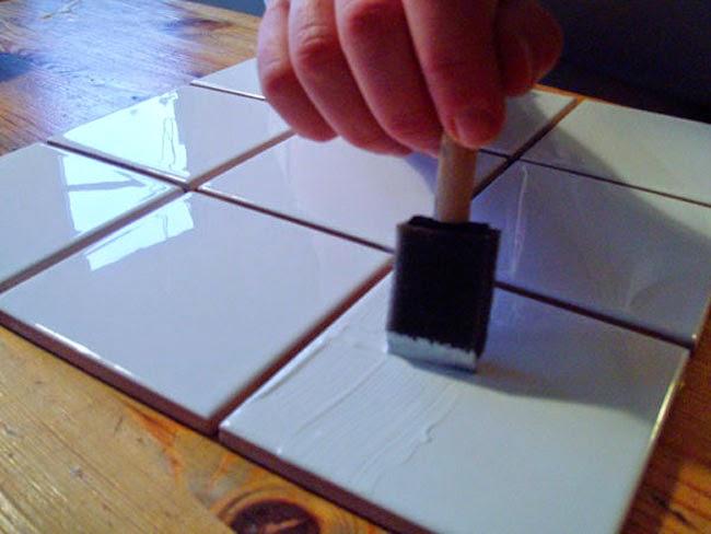 Aplique de cola a los azulejos