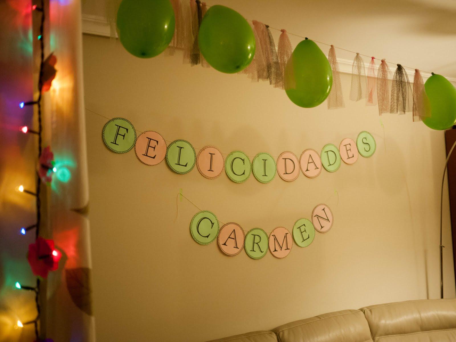 Guirnalda de luces con flores de cápsulas de magdalenas para decoración de cumpleaños