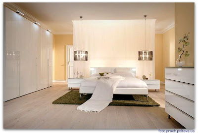 На фото спальная кровать модели Victoria Bedside table / Сhest of drawers от фабрики Mobileffe, дизайн Sironi Euro.