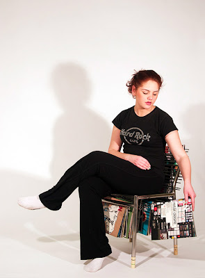 Diseño de silla con revistas colgantes