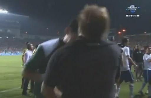 Cruz Azul goalkeeper Jesús Corona lands a headbutt on Sergio Martin's face